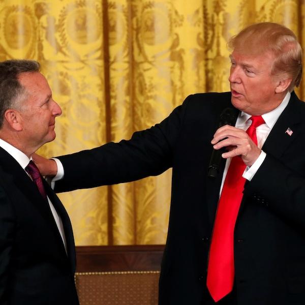 À gauche, Steve Witkoff regarde le président américain, qui pose sa main sur son épaule.