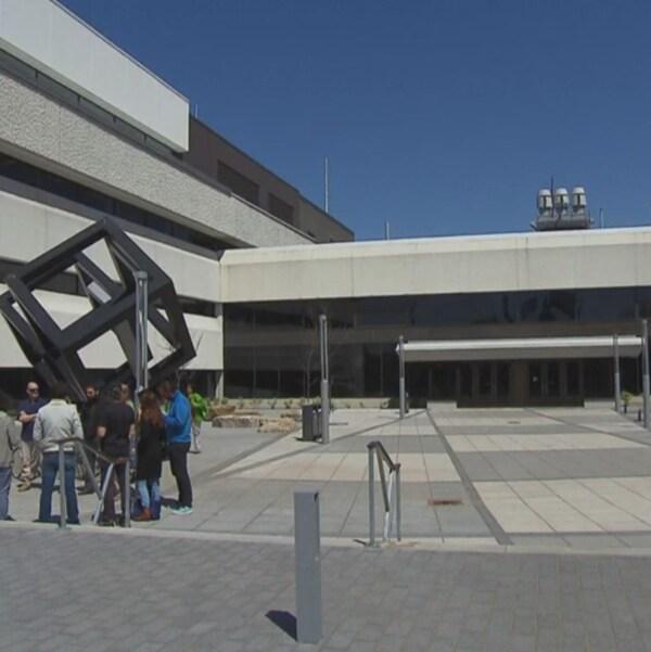 Des professeurs discutent devant l'Université du Québec à Trois-Rivières (UQTR), où l'on a annoncé la fin du lock-out.