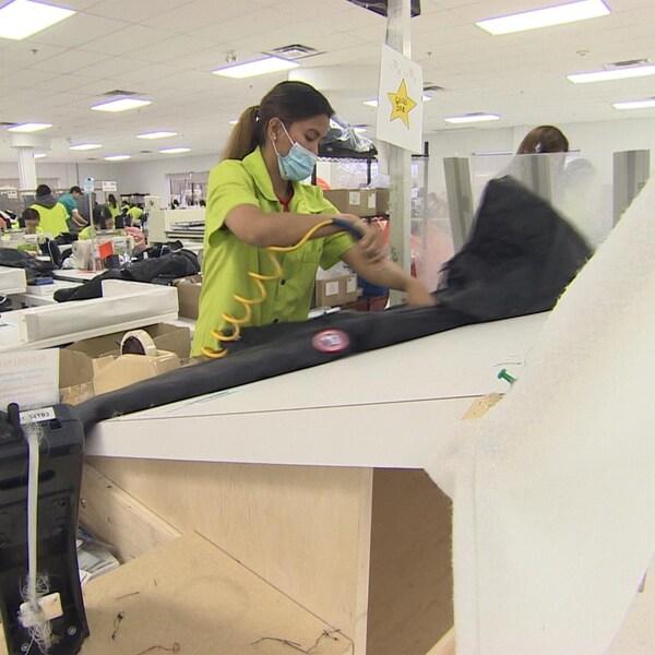 Une employée dans une usine de textile à Winnipeg