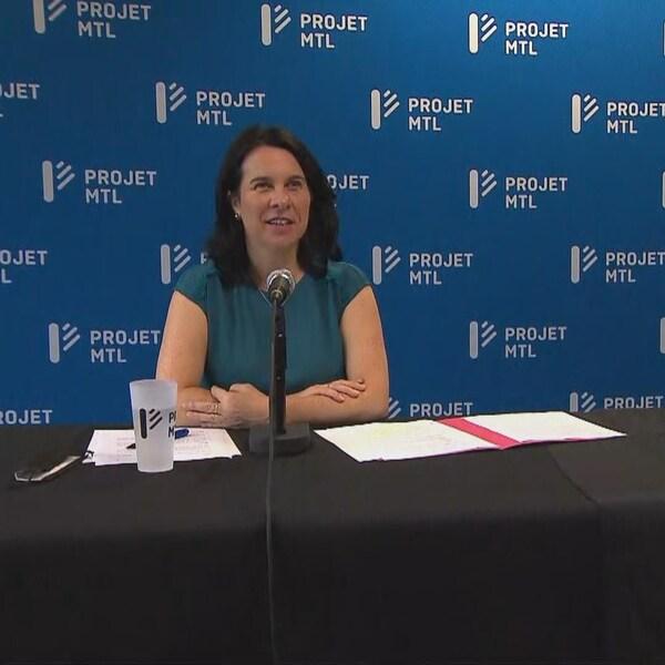 Valérie Plante est assise derrière un micro. À sa gauche, Laurence Parent est assise dans son fauteuil roulant.