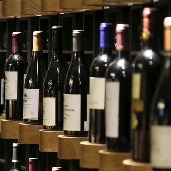 De nombreuses bouteilles de vin sur un étalage.