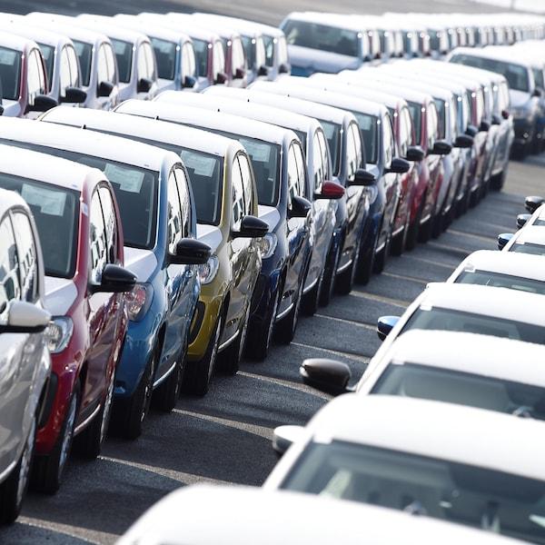 Des voitures dans le stationnement d'une usine d'un constructeur automobile.