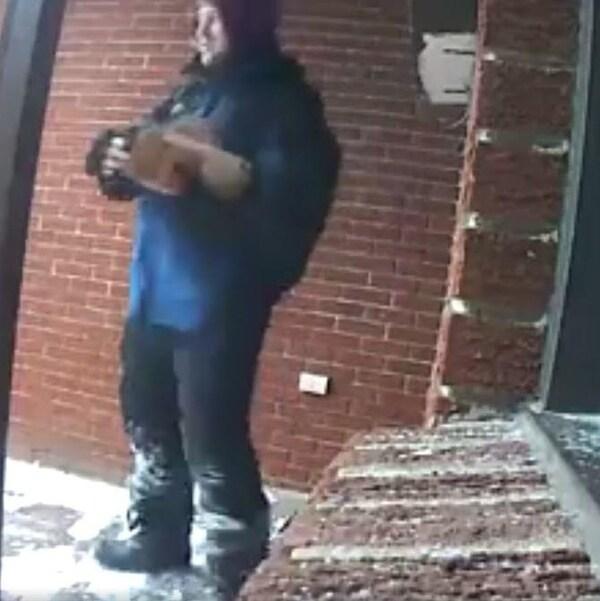 L'image d'un homme appréhendée par une caméra de surveillance personnelle.