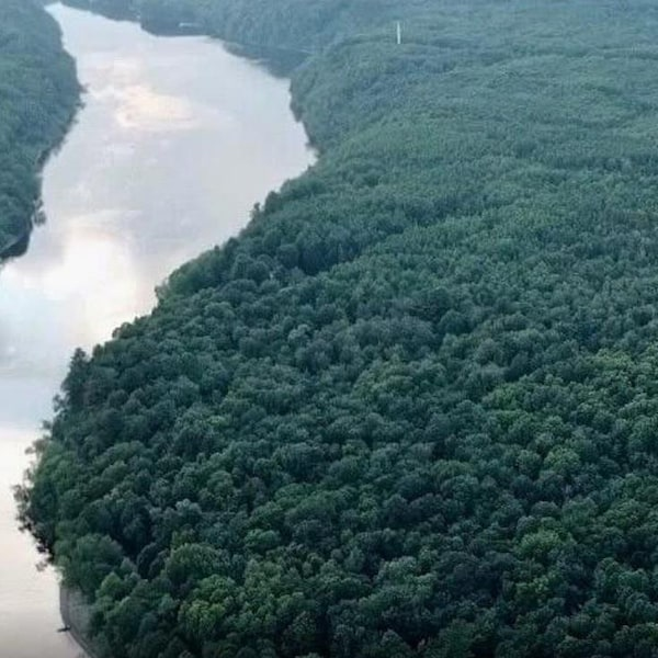 Une vue aérienne du site au bord de la rivière Saint-Maurice