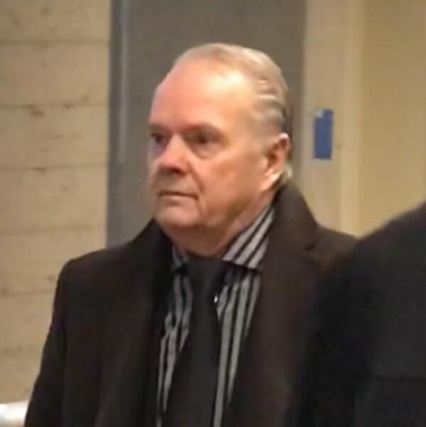 Le dentiste Yvan Fortin à son entrée au tribunal.