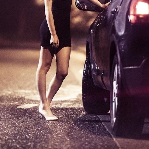 Une prostituée négocie avec un client potentiel.