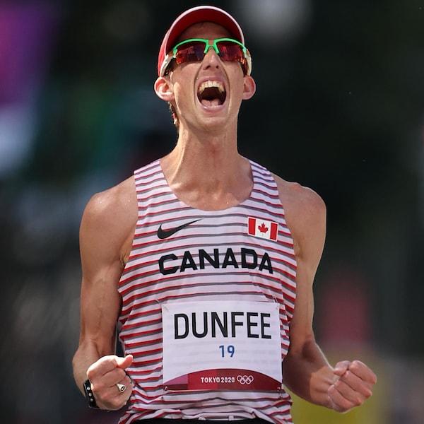Evan Dunfee hurle de joie à la finale au 50 km marche,