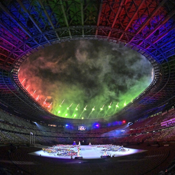 Des feux d'artifice sont projetés hors du stade sous des jeux de lumière.