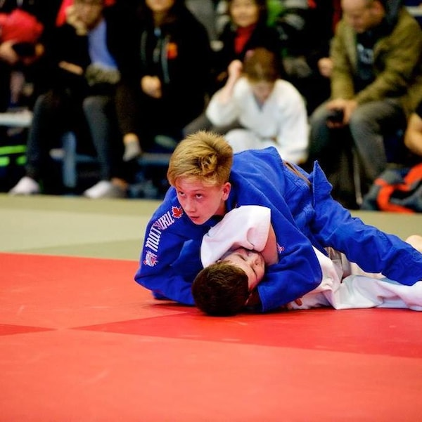 Félix-Olivier Bertrand est par dessus son adversaire lors d'un combat de judo