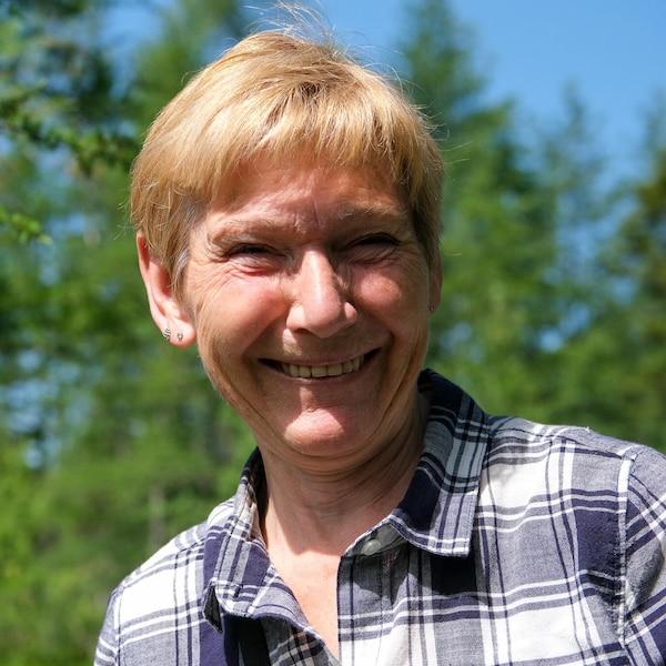 Lucette Turgeon sourit à l'extérieur.