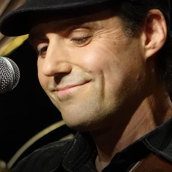 Le chanteur country Laurie LeBlanc, en prestation pour l'émission Méchante soirée en 2016. On ne voit que son visage, un micro est devant lui.