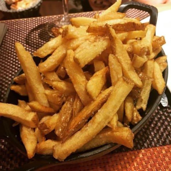 Des frites dans un plat.
