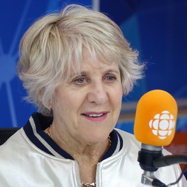 Denise Bombardier devant un micro dans un studio radio de Radio-Canada.