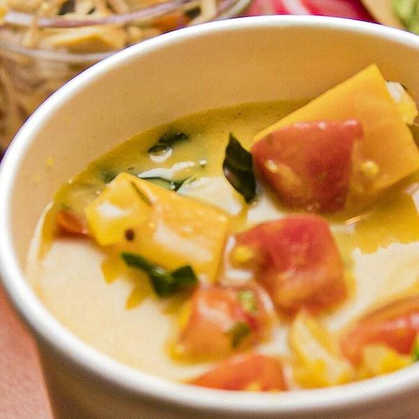 La soupe de courge parfumée à l'indienne de Caroline Dumas servie dans un bol en carton pour emporter.