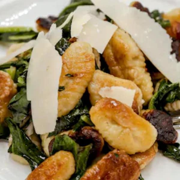 Gnocchis dans une assiette blanche.