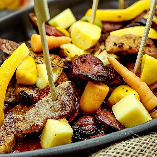 Assiette avec des morceaux de viandes, des fruits et des légumes.