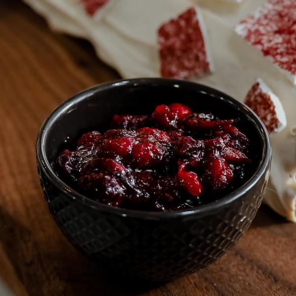 Un bol de compote de canneberges au sirop d'érable de Patrice Demers en accompagnement d'une bûche de Noël.