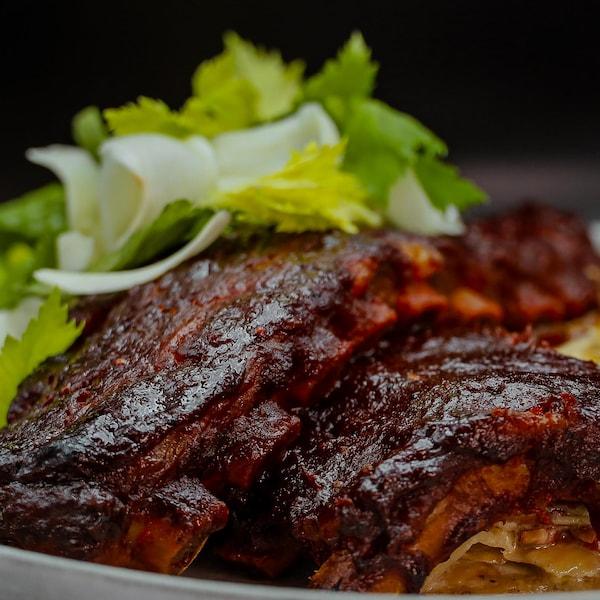 Des côtes levées accompagnées d'un gratin de panais et pommes de terre rattes et bacon et d'une salade.