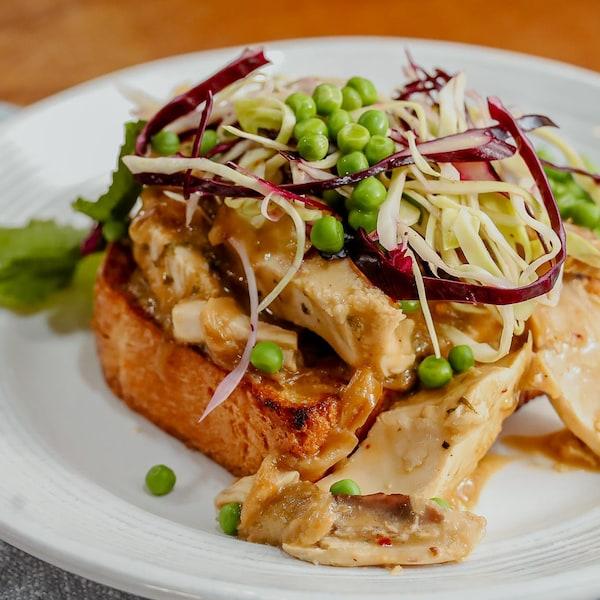 Un hot chicken dans une assiette.