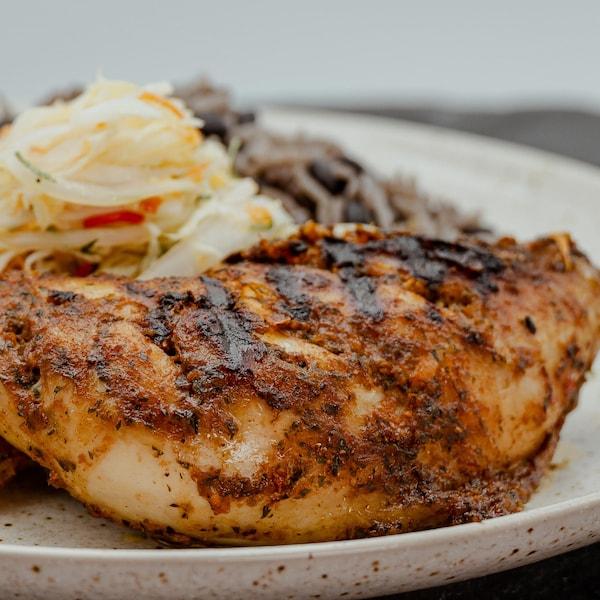 Assiette garnie d'une cuisse de poulet à la jerk.