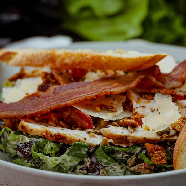 Un bol de salade César au hareng fumé.