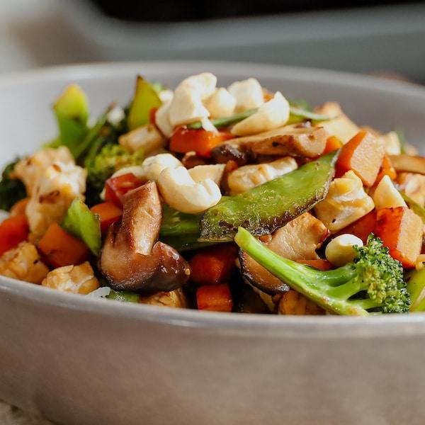 Un bol de sauté de tempeh aux légumes.