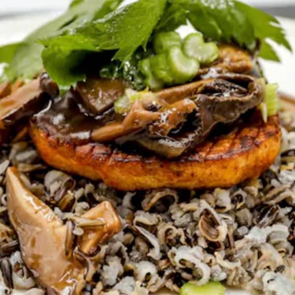 Un steak celeri-rave accompagné de riz sauvage et d'une sauce aux champignons.