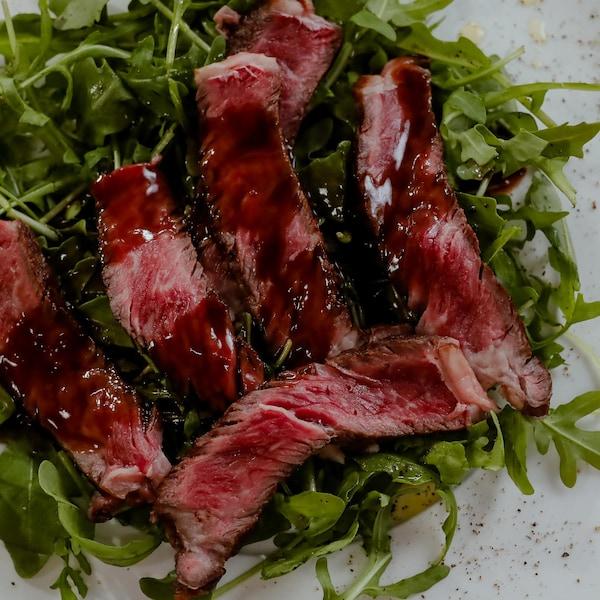 Une assiette de tagliata de bœuf Wagyu.