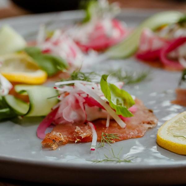 Une assiette remplit de gravlax de saumon sauvage.