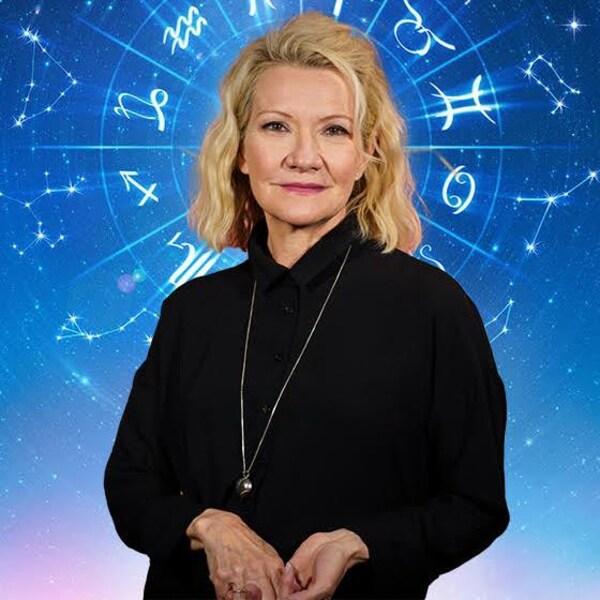 Une femme devant les constellations du zodiaque.