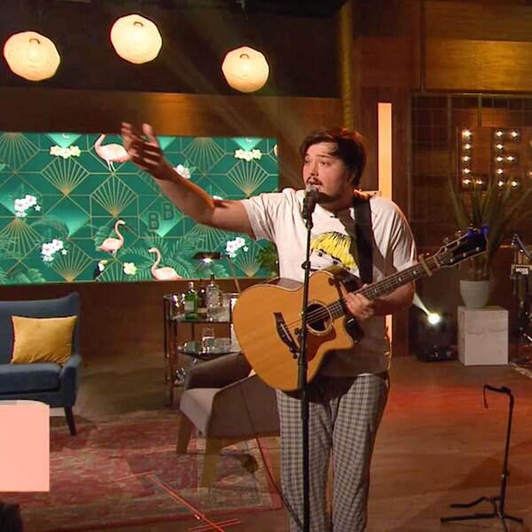 Le chanteur en prestation.