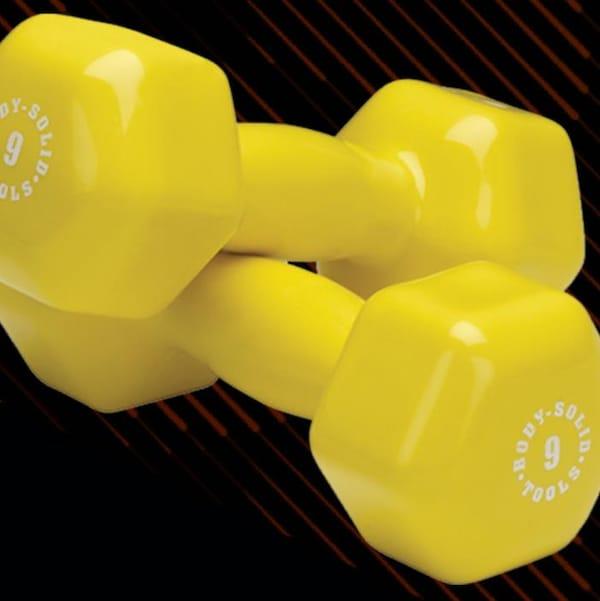 Une photo de poids et altères jaune