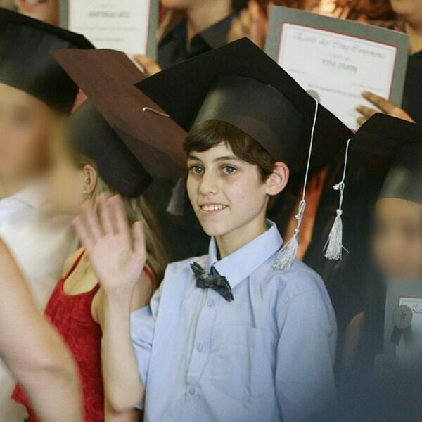 Un enfant qui vit sa graduation.
