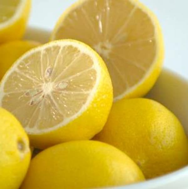 Un panier de petits citrons jaunes