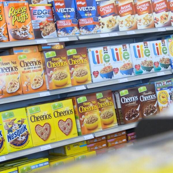 Photo d'une allée de boîtes de céréales dans un supermarché.