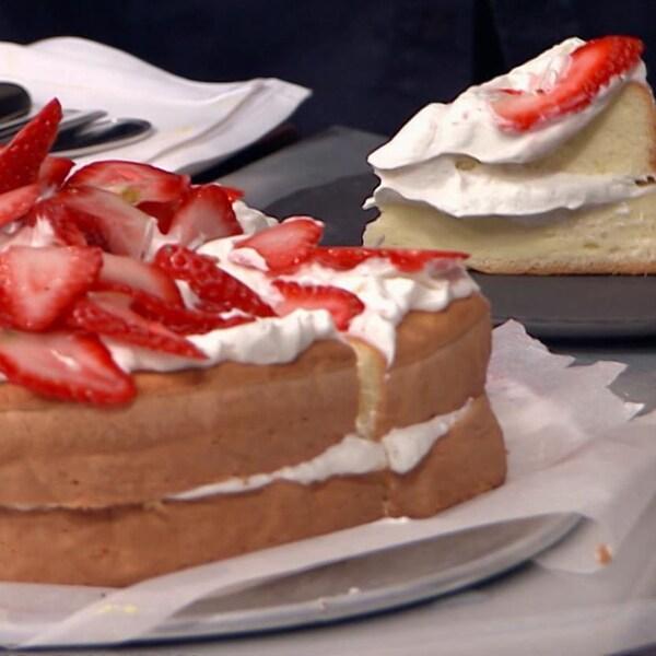 On coupe une pointe du shortckake aux fraises et on le sert dans une assiette.