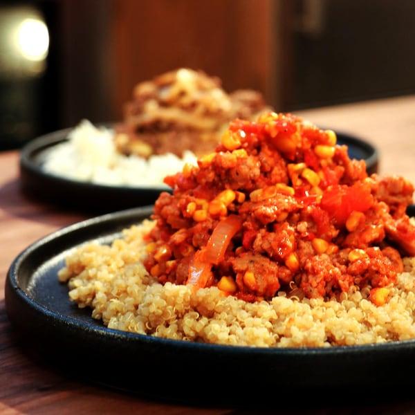 Une assiette composée de quinoa et de sauté mexicain.
