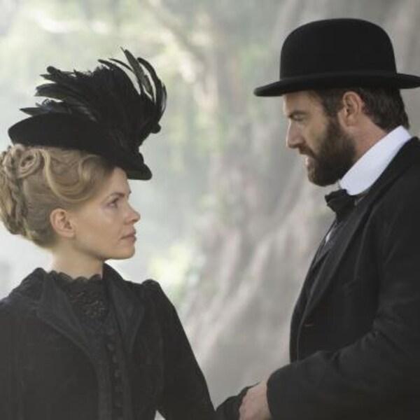 Un couple au 19e siècle, devant une forêt.
