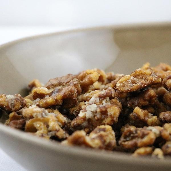 Des noix caramélisées dans un bol.