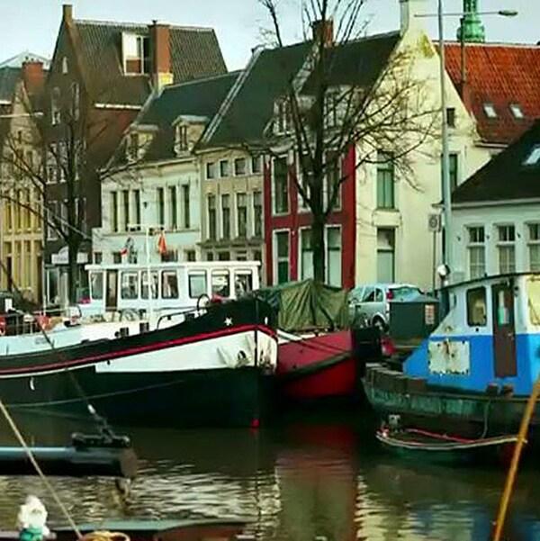 Des maisons au bord d'un canal et des embarcations.