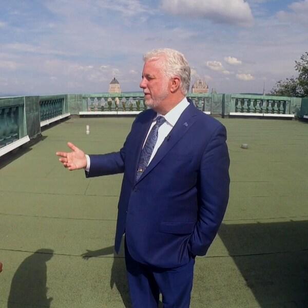 Le chef du parti Libéral discute sur le toit d'un édifice de la ville de Québec.