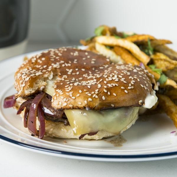 Le burger est dans une assiette.