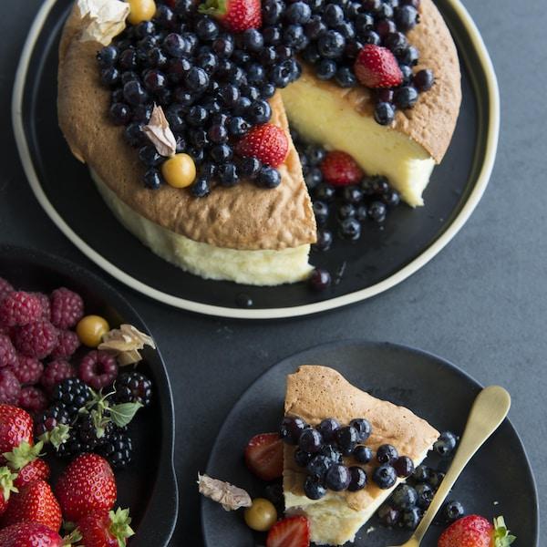 Un gâteau au fromage japonais avec des bleuets.