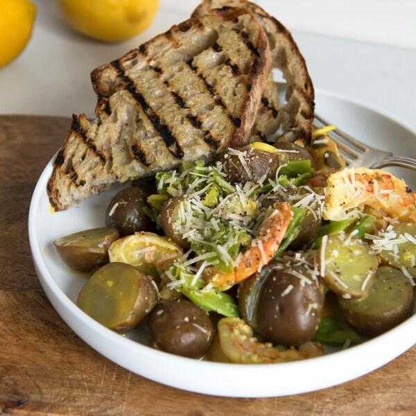 Une fricassée de crevettes et de pommes de terre à la sauce piccata.