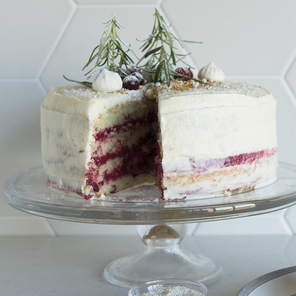 Une part de gâteau est coupée et déposée dans une assiette.
