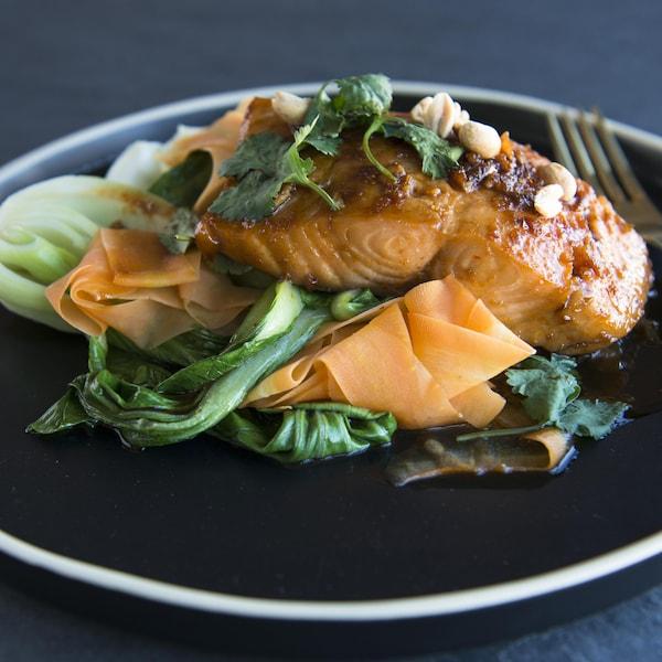 Le plat de saumon est dressé dans une assiette.