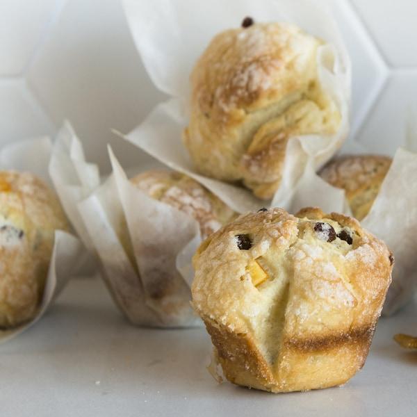 Cinq muffins sont disposés sur le comptoir.