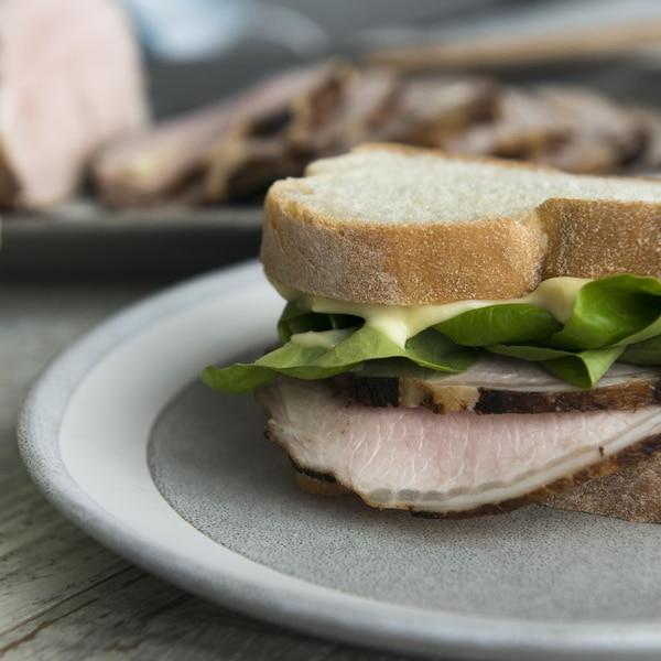 Un rôti de porc froid et mayonnaise à l'ail rôti en sandwich.