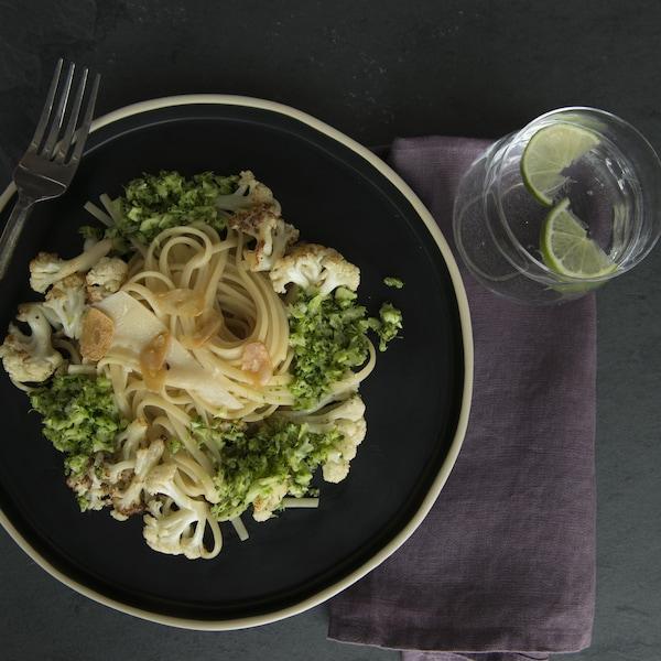 Linguine à la crème d'ail avec chou-fleur, brocoli et chips d'ail.