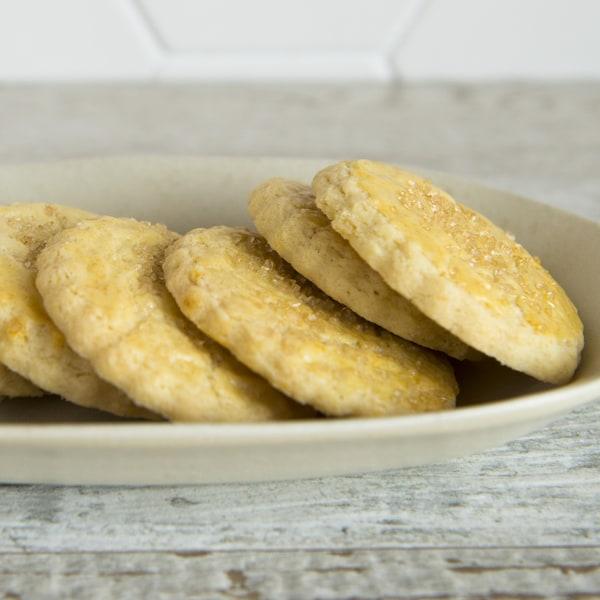 Des biscuits sont disposés dans une assiette.